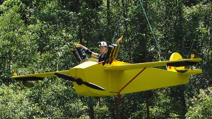 Georgina segelt hoch über dem Dschungel.