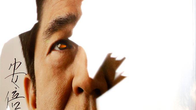 Bereits Ende Dezember hat sich die BoJ dem massiven Druck des Ministerpräsidenten Shinzo Abe gebeugt und den Geldhahn weiter geöffnet.