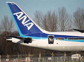 Geparkt und versiegelt wartet eine Boeing 787 der All Nippon Airways (ANA) auf dem Boeing-Werksflughafen in Everett auf das Urteil der Experten.