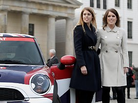 "Beatrice (l.) und Eugenie vor dem Brandenburger Tor in Berlin bei der ""Great Britain Mini Tour""."