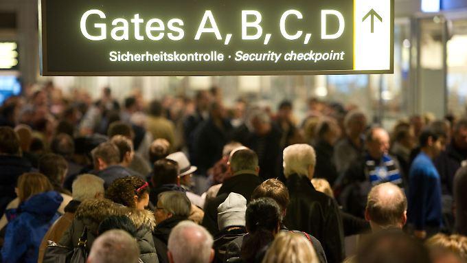 Lange Schlangen vor den Sicherheitskontrollen am Hamburger Flughafen