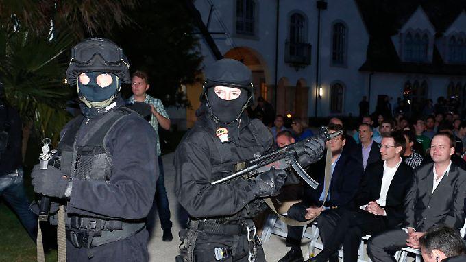 Als Polizisten verkleidete Schauspieler stürmten die Bühne und spielten eine Festnahme.