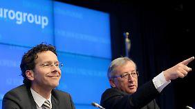 """""""Da entlang!"""" Der alte Hase Juncker (r.) zeigt dem neuen Eurogruppenchef Dijsselbloem den Weg."""