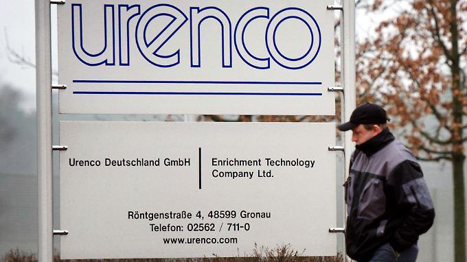 Ein Mitarbeiter auf dem Weg zur Urananreicherungsanlage der Betreiberfirma Urenco in Gronau (NRW).