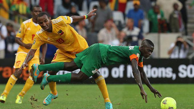 Sambias Chisamba Lungu, rechts, und Äthiopiens Kapitän Adane Girma.