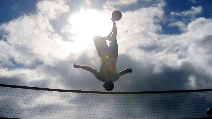 Trendsportart Bossaball: Dabei nutzen die Spieler eine Art Hüpfburg um den Ball über ein Volleyballnetz zu bringen