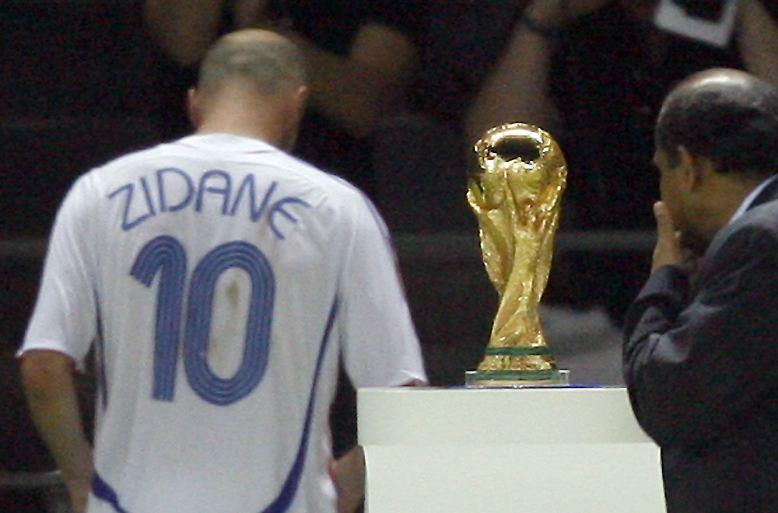 Zidane wird zur tragischen Figur. Er fliegt vom Platz, kurze Zeit später gewinnen die Italiener das Elfmeterschießen und werden Weltmeister.