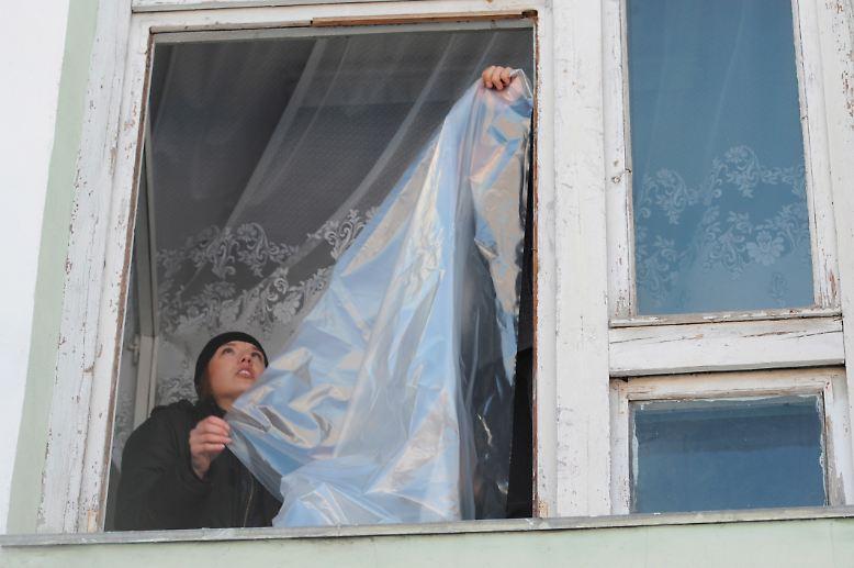 Dort ist es derzeit empfindlich kalt, um die minus 18 Grad. Geborstene Fensterscheiben in Schulen, Wohnungen und Geschäften sind folglich ein echtes Problem.