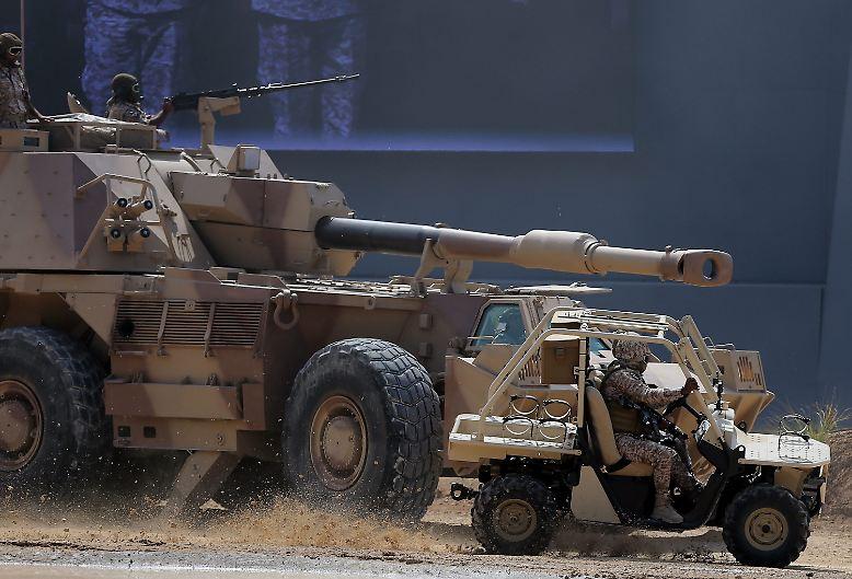Für Waffenhändler ist es mehr als nur ein Pflichttermin: Alle zwei Jahre laden die Machthaber der Vereinigten Arabischen Emirate (VAE) die Vertreter der Rüstungsindustrie aus aller Welt zu einer Militärmesse der Superlative nach Abu Dhabi - mitten hinein in die konfliktgeladene Golfregion.