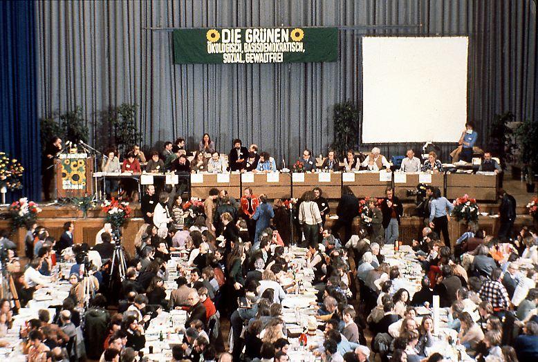 Die bürokratische Geburt der Grünen beginnt im Chaos. Am 13. Januar 1980 diskutieren in der Karlsruher Stadthalle hunderte Anhänger der ökologischen Bewegung so lange über den Gründungsbeschluss, dass die selbst gesetzte Frist bis zur Abstimmung abzulaufen droht. Lange ist kein Beschluss abzusehen.