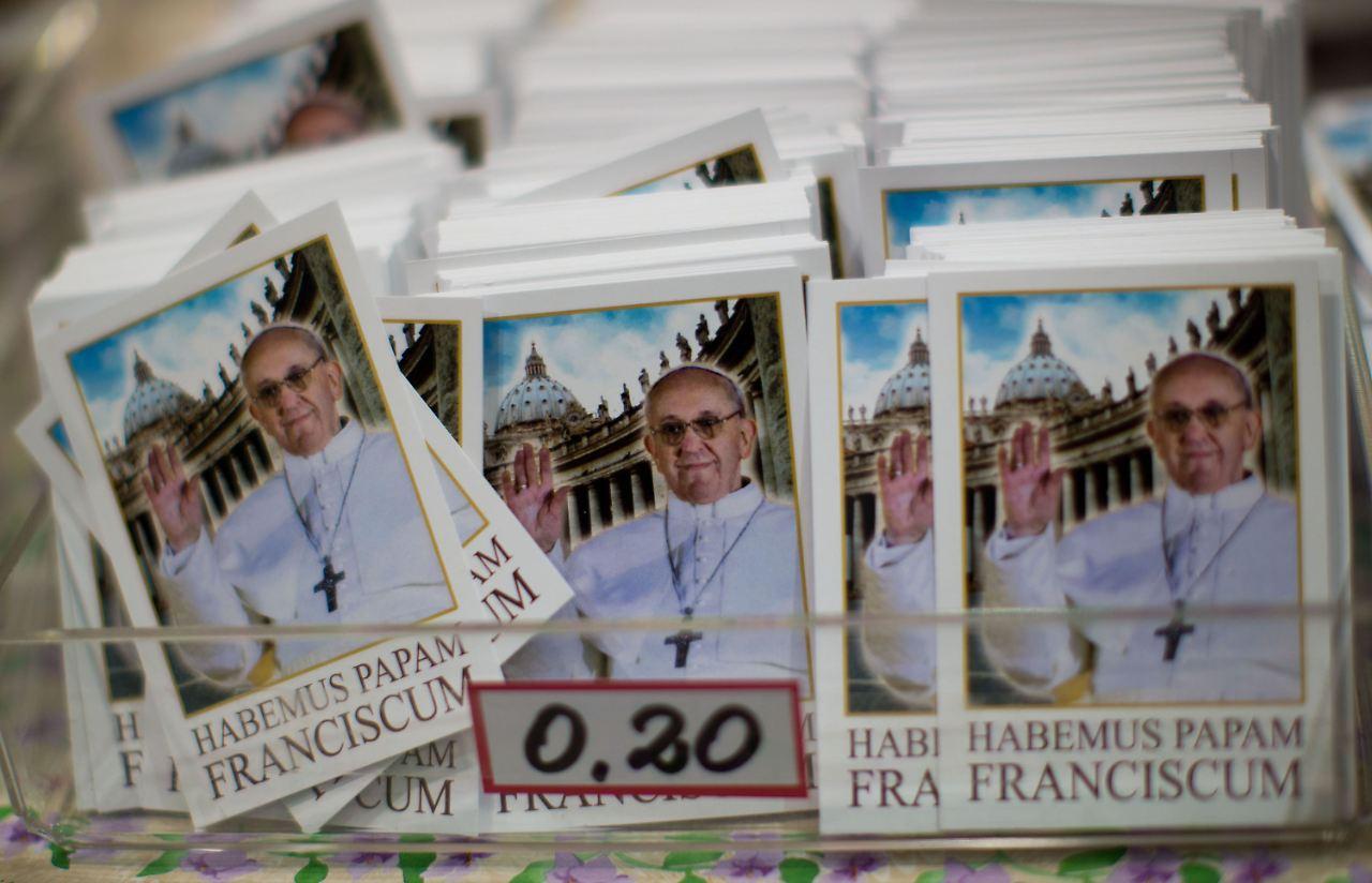 Bildchen mit dem neugewählten Papst Franziskus hat der Vatikan schon  drucken lassen.