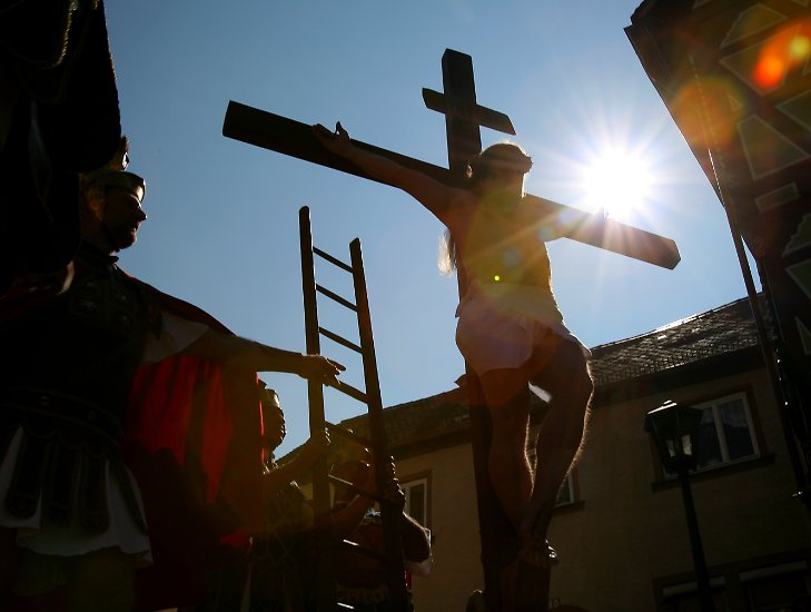 Katholiken gedenken am Karfreitag mit Prozessionen und Umzügen ...