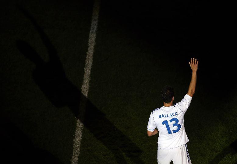 Die Nummer 13 auf dem Rücken, die Hand zum Gruß erhoben: Michael Ballack verabschiedet sich vom aktiven Fußball.