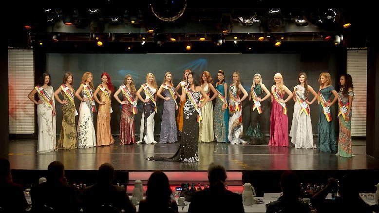 """Und hier alle 17 Finalistinnen auf einen Blick. Die Endrunde des MGO """"Miss Deutschland""""-Wettbewerbs findet im Sternberg Theater der Spielbank Berlin statt."""