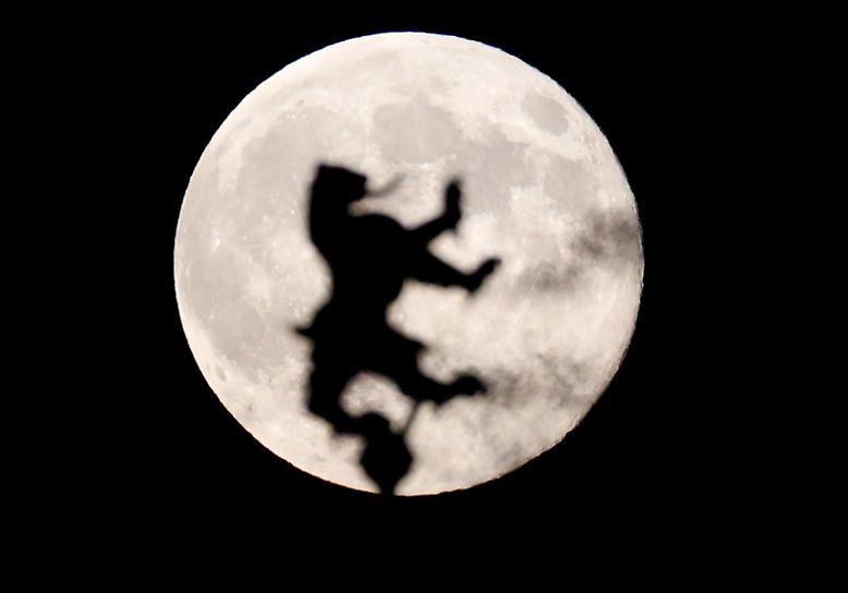 Kaum einem Himmelskörper wird so viel Macht über die Menschen zugeschrieben wie dem Mond.
