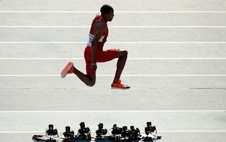 Dreispung in Moskau: der US-Amerikaner Christian Taylor bei den Leichtathletik-Weltmeisterschaften im Luschniki-Stadion. Die Kameras hat er überquert, am Ende reichte es für den Olympiasieger aber nur zu Platz vier.