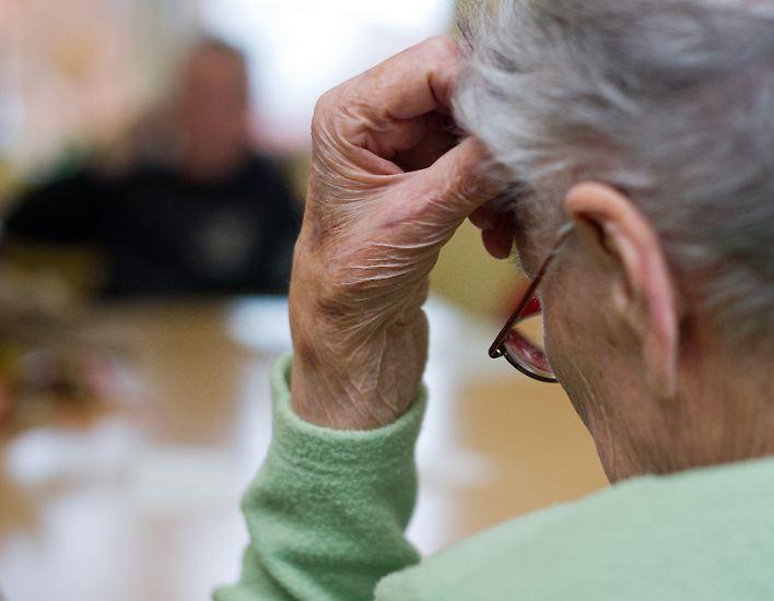 Nicht jedes Vergessen im Alter muss gleich Sorgen bereiten. Wann aber gibt es Anlass, sich Sorgen zu machen, ob man nicht nur ein bisschen vergesslich, sondern ernsthaft erkrankt ist? Rund um den Globus leben rund 30 Millionen Menschen mit unentdeckten Demenzkrankheiten. Und es werden immer mehr.
