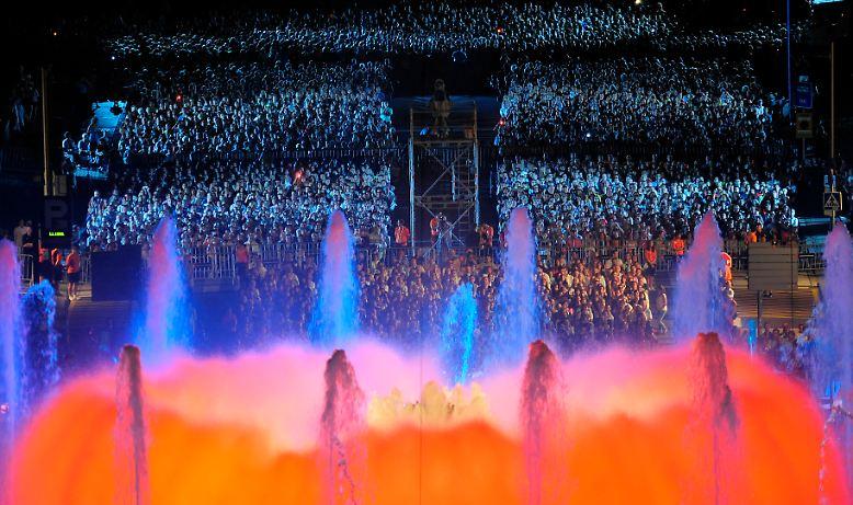 Die Eröffnungsfeier war farbenfroh, ...