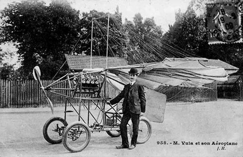 Das erste Patent für ein fliegendes Auto meldete Dr. Trajan Vuia bereits am 17. August 1903 an. So richtig in die Gänge kam der Flugapparat nicht, aber die Idee, mit einem Auto fliegen zu können, war endgültig geboren.