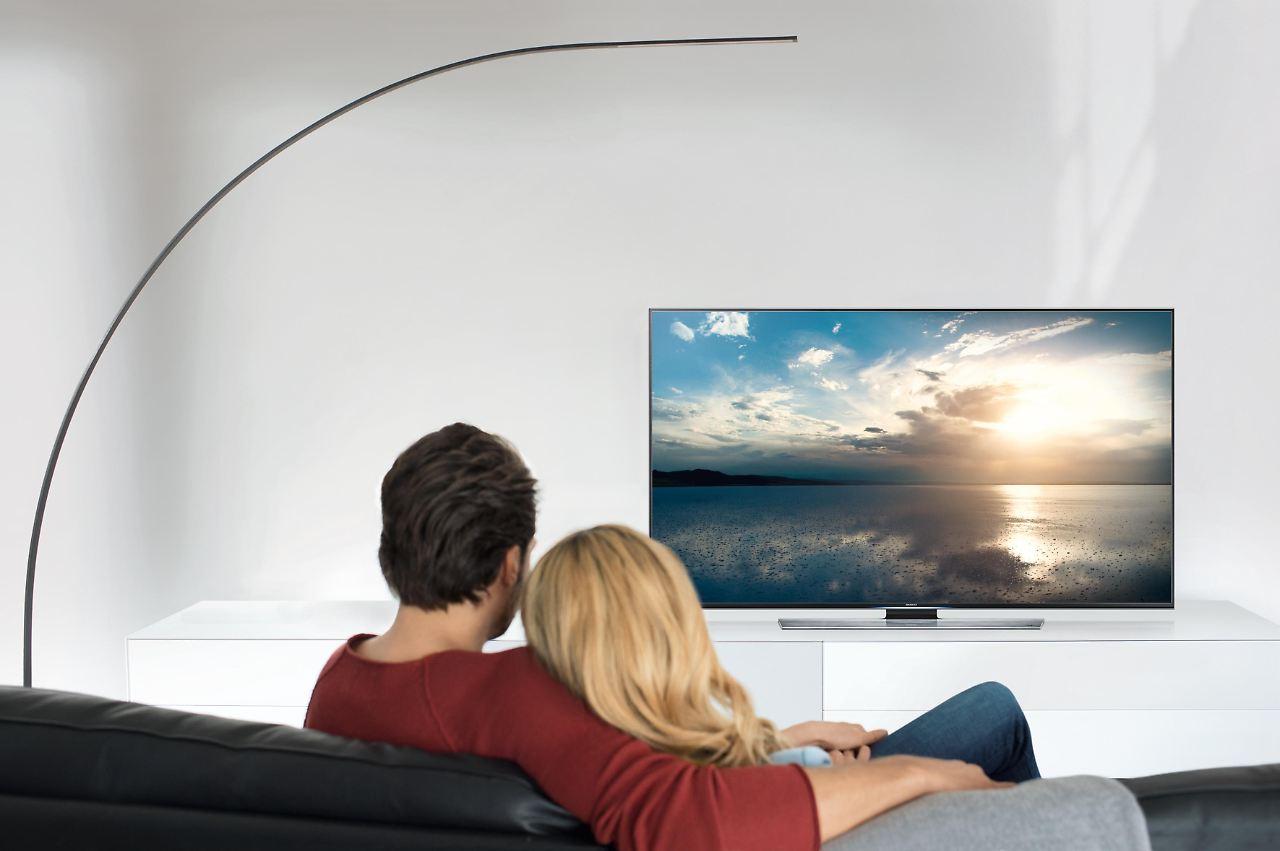 abstand und h he wichtig nur richtig platzierte fernseher klingen gut n. Black Bedroom Furniture Sets. Home Design Ideas