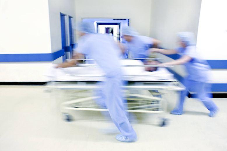 Krankenhauskeime sind alles andere als eine Seltenheit. Jedes Jahr infizieren sich rund 800.000 Menschen in deutschen Kliniken damit, etwa 40.000 sterben sogar daran - so die Zahlen der DGKH, der Deutschen Gesellschaft für Krankenhaushygiene.