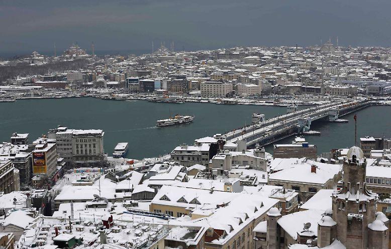 Im Westen der Stadt fallen bis zu 70 Zentimeter Neuschnee.