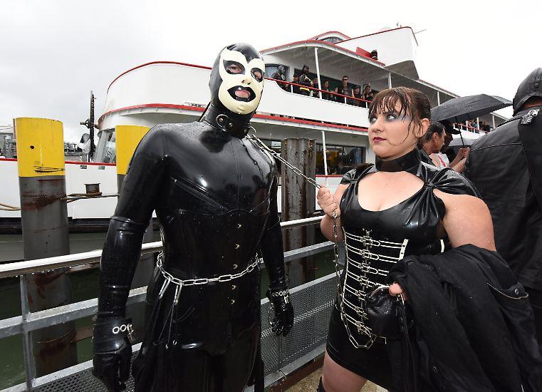 Ob als Leder-Drache oder angekettet in Ganzkörper-Lackmontur: Vor den Augen Hunderter Schaulustiger sind am 20. Juni 2015 Lack- und Lederfans zu einer besonderen Bootstour über den Bodensee aufgebrochen.