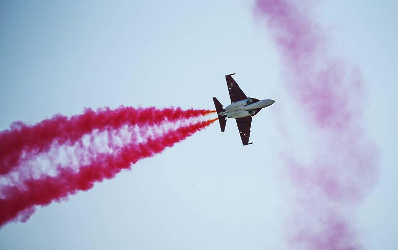 Vor den Toren der russischen Hauptstadt donnern rauchspeiende Kampfjets durch die Wolken. Brandneue Ziviljets ziehen ohne Passagiere an Bord scheinbar sinnlos wilde Kreise.