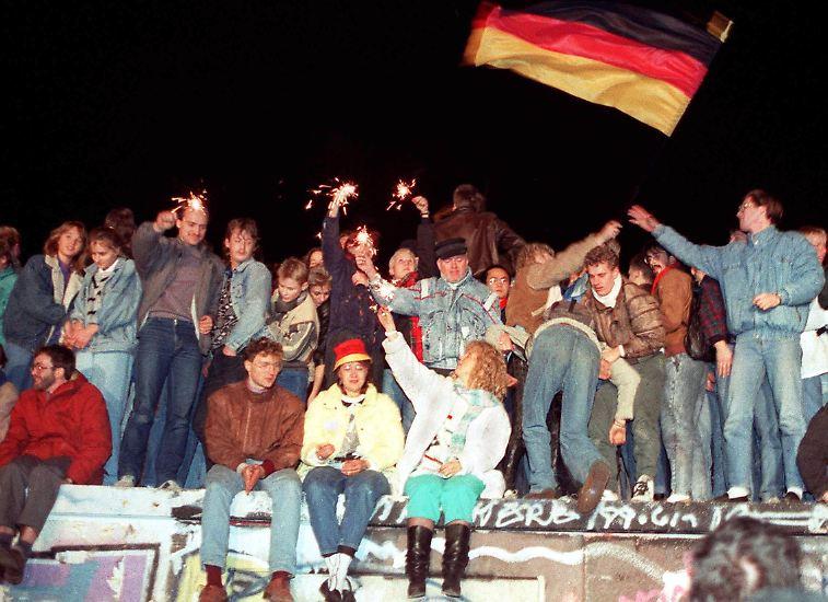 Nach dem 9. November 1989 ist alles anders. Weniger als ein Jahr wird es dauern, bis die DDR ihr eigenes Ende beschließt. Dass es so schnell gehen würde, ist zu diesem Zeitpunkt nicht absehbar.
