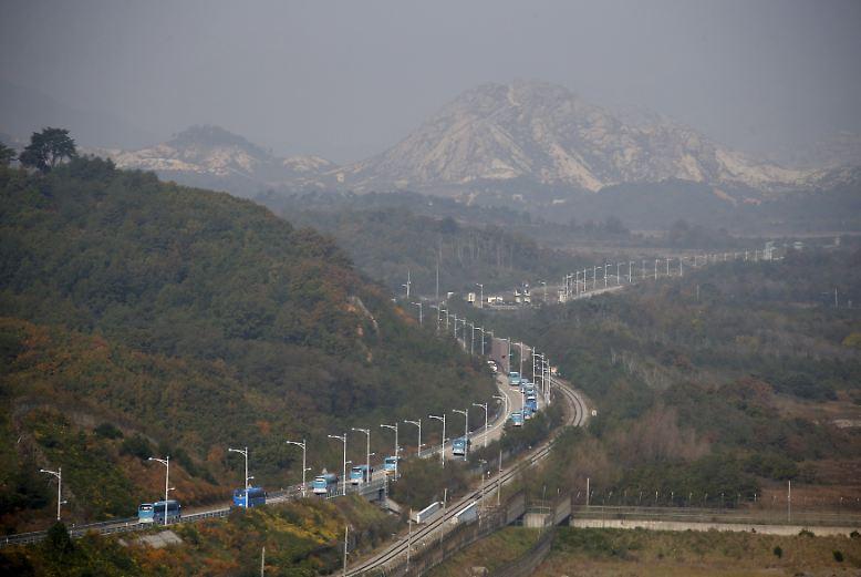 Es ist eine seltene Überfahrt: Ein Konvoi von Bussen macht sich auf den Weg von Süd- nach Nordkorea - durch die wohl am strengsten überwachte Grenze der Welt.