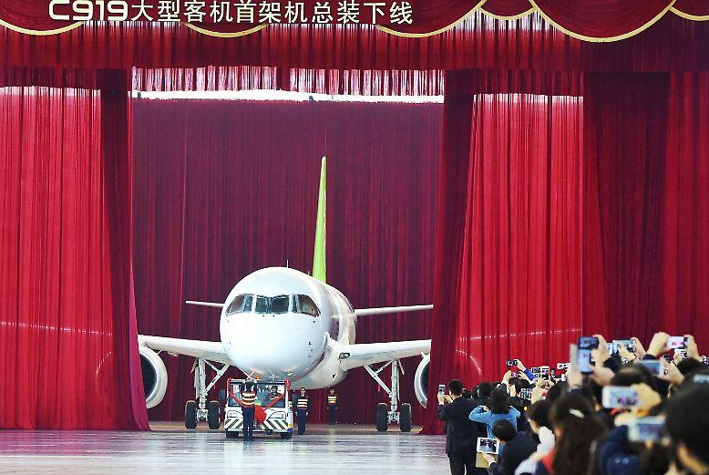 Vorhang auf in Shanghai: Nach sieben Jahren Entwicklung und einigen branchentypischen Verzögerungen rollt das neue chinesische Passagierflugzeug aus der Halle.