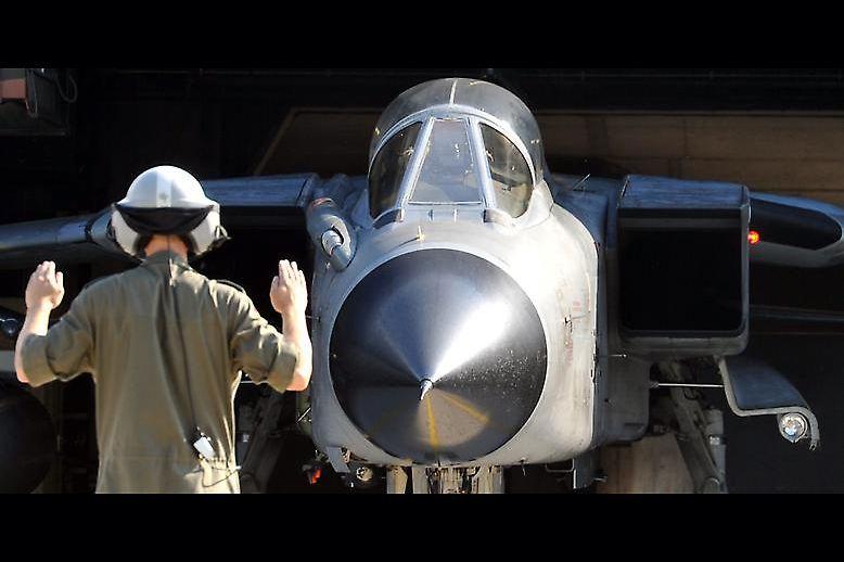 """Der Syrien-Einsatz hat begonnen: Piloten der deutschen Luftwaffe sollen den Verbündeten Frankreich unterstützen und sich dem Kampf gegen die Terrororganisation """"Islamischer Staat"""" (IS) anschließen."""