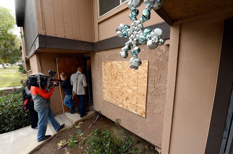 Medienangehörige betreten die Wohnung von Tashfeen Malik und Syed Farook, die am 2. Dezember 2015  im kalifornischen San Bernardino 14 Menschen erschossen haben.