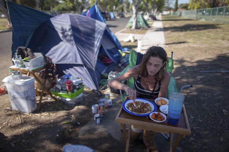 Fast 15 Prozent der US-Amerikaner leben unterhalb der Armutsgrenze, die Obdachlosigkeit in den Vereinigten Staaten nimmt inzwischen katastrophale Ausmaße an. Stacie McDonough hat zumindest einen Unterschlupf finden können: in einem Obdachlosen-Zeltlager nahe dem Flughafen von Los Angeles.