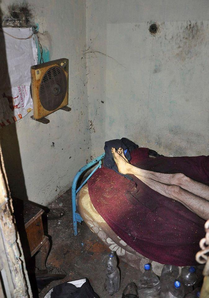 nackt ohne wasser und toilette mann sperrt bruder in taubenschlag ein n. Black Bedroom Furniture Sets. Home Design Ideas