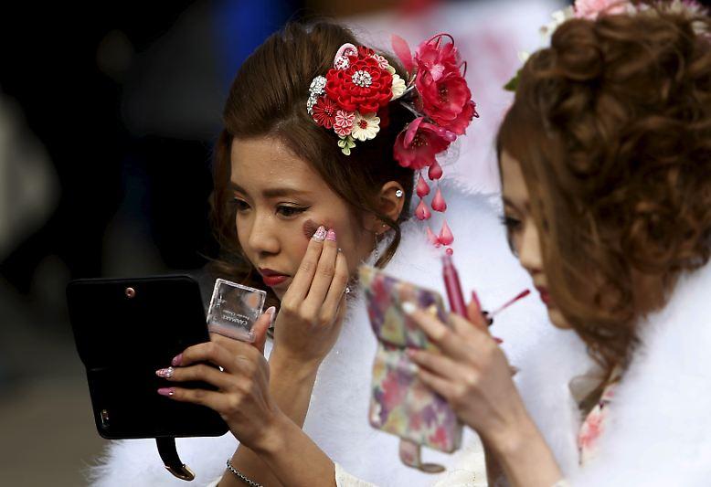 Kurz nach Neujahr findet in Japan zu Ehren aller heranwachsenden Japanerinnen und Japanern ein Fest statt. Sie feiern den 20. Geburtstag derjenigen, die zwischen dem 2. April des vergangenen und dem 1. April des aktuellen Jahres geboren sind.