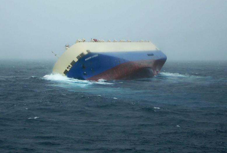 """In Sturm und schwerer See gerät die """"Modern Express"""" in Schwierigkeiten: Als die Schlagseite immer größer wird, gibt der Kapitän das Schiff auf. Mit gewaltigen Rollern schlägt die Dünung des Atlantiks gegen das Schiff."""