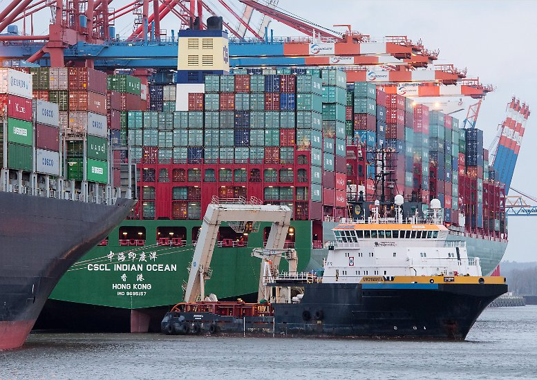 """Im dritten Anlauf gelingt es Schleppern auf der Elbe, den vor gut fünf Tagen auf Grund gelaufenen Containerriesen """"CSCL Indian Ocean"""" freizubekommen."""