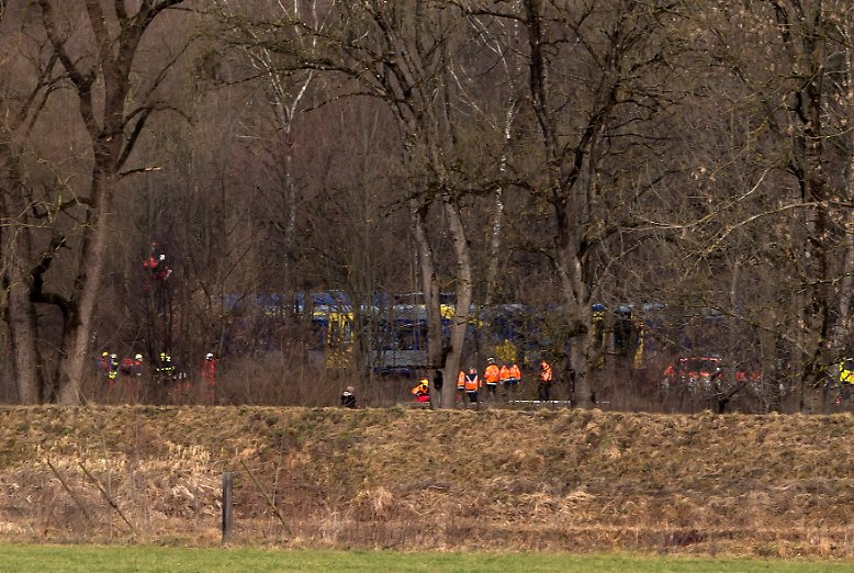 Es ist kurz vor 7 Uhr, als südöstlich von München bei Bad Aibling zwei Regionalzüge ineinanderkrachen.