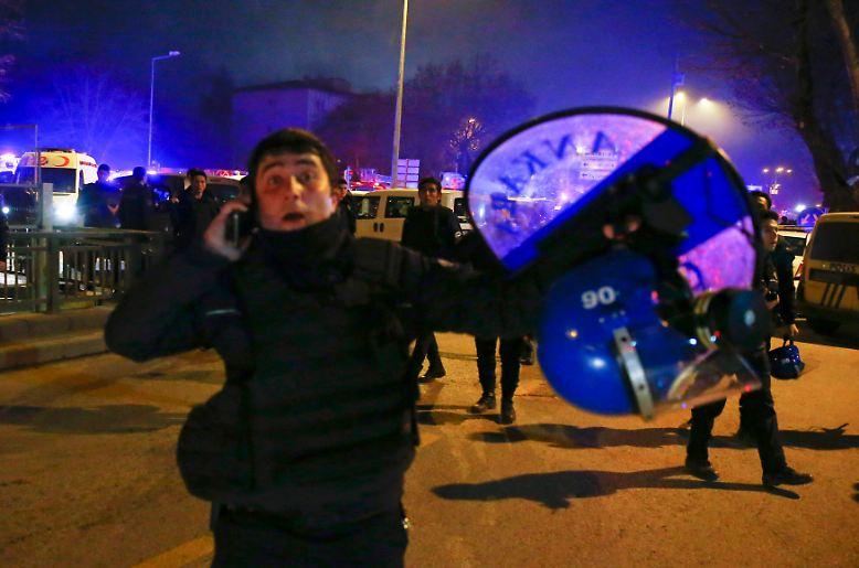 Der Anschlag trifft Ankara mitten im abendlichen Berufsverkehr: Bei einer Explosion im Regierungsviertel kommen 28 Menschen ums Leben.