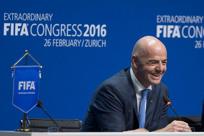 Und es ist wieder ein Schweizer: Mit 115 von 207 Stimmen kürt der Fifa-Kongress Gianni Infantino zum neuen Präsidenten des Fußball-Weltverbands - und somit zum Nachfolger Joseph S. Blatters.