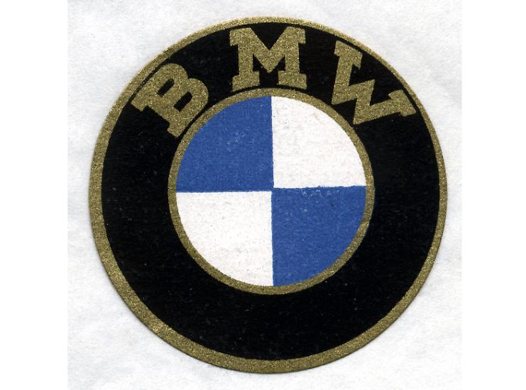 Das blau-weiße Logo auf jedem BMW erinnert noch heute an die Anfänge des bayrischen Autobauers.