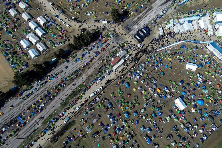 Das wilde Camp in Idomeni an der mazedonisch-griechischen Grenze ist zum Sinnbild der Flüchtlingskrise geworden: Noch immer leben ...