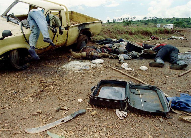 Die Geschichte des Kommandos Spezialkräfte beginnt in Afrika. Ruanda 1994: Szenen eines Völkermordes. In annähernd 100 Tagen schlachten Anhänger der Hutu-Mehrheit rund 75 Prozent der Tutsi-Minderheit im Land ab.