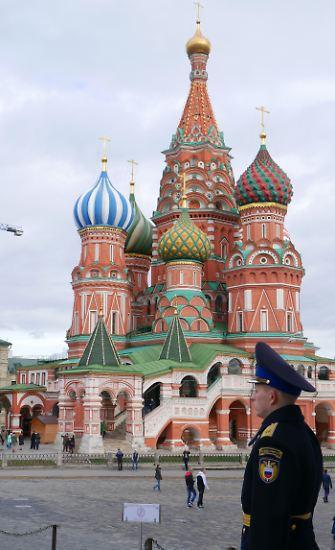 Wer an Moskau denkt, denkt sofort an dieses Bild: die Basilius-Kathedrale, die mit ihren bunten Türmen den Roten Platz erstrahlen lässt.