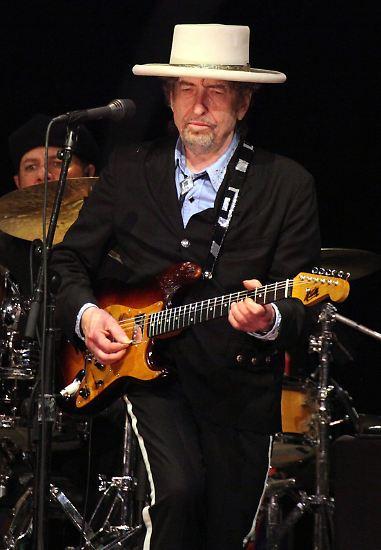 """... den Musiker Bob Dylan. Die Schwedische Akademie ehrt damit seine Schaffung """"neuer poetischer Ausdrucksformen""""."""