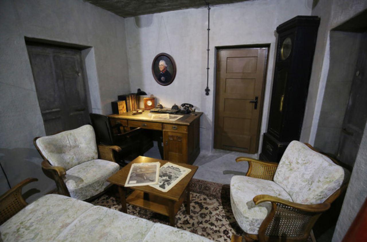 So   Oder So ähnlich   Könnte Hitlers Arbeits  Und Wohnzimmer Im Berliner  Bunker Ausgesehen