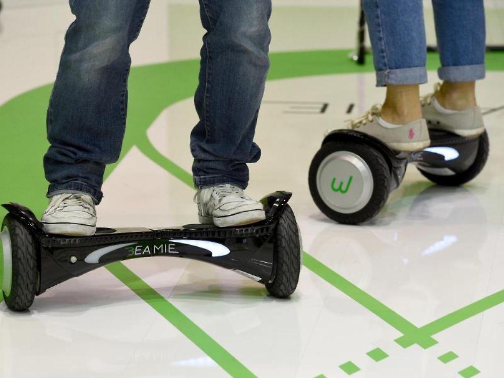 elektrisch auf zwei r dern ist das hoverboard auf der. Black Bedroom Furniture Sets. Home Design Ideas