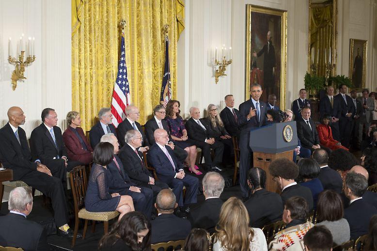 """Hochkarätige Gäste im Weißen Haus: Zum letzten Mal vor seinem baldigen Amtsende verleiht US-Präsident Barack Obama die Freiheitsmedaille """"Presidential Medal of Freedom"""" an Hollywoodstars, Sportgrößen, Wissenschaftler und andere Persönlichkeiten."""
