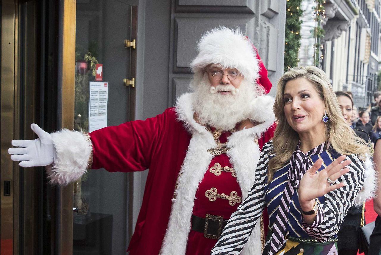 Enkelschar unterm Tannenbaum: Royals feiern Weihnachten ganz privat ...